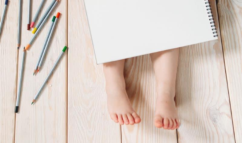 niño lápices cuaderno edad corregida