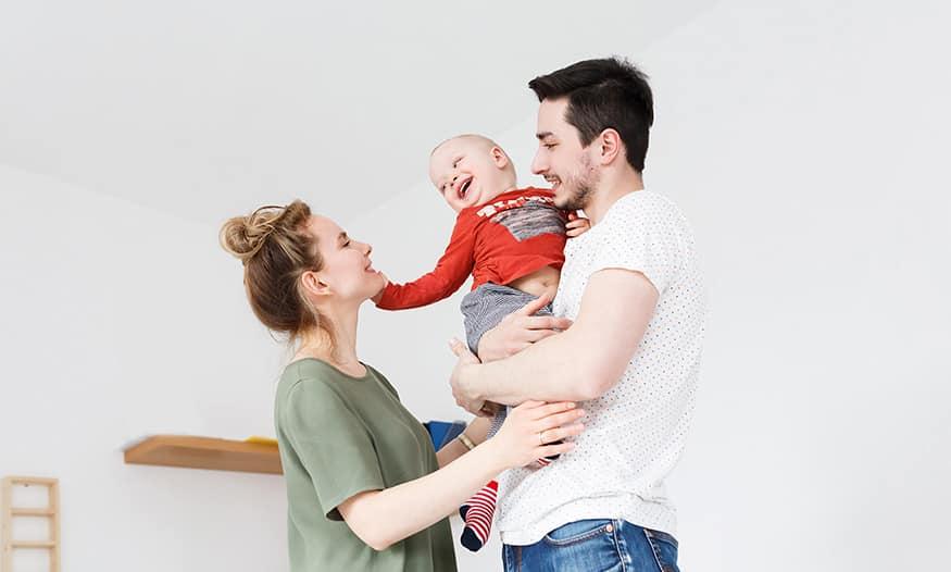 madre bebe padre devolución IRPF permiso maternidad paternidad