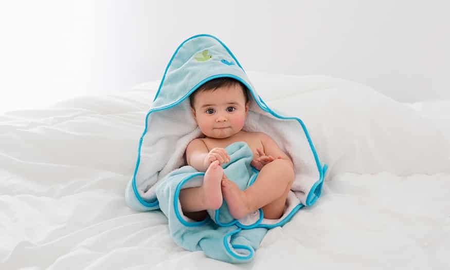 Niño con toalla recién salido de la ducha.