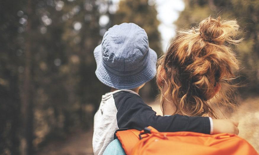 madre con bebé en brazos planes de fin de semana en familia
