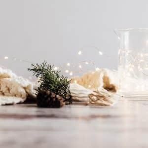 ideas para decorar la mesa en Navidad fondo blanco