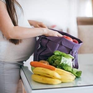 alimentación embarazo mujer embarazada hace la compra