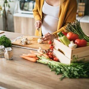 alimentación embarazo mujer embarazada cocinando